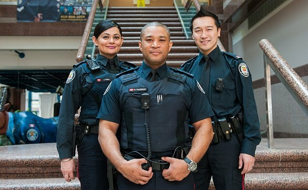5b6e820dbe9 Toronto police to use cameras on their uniforms .